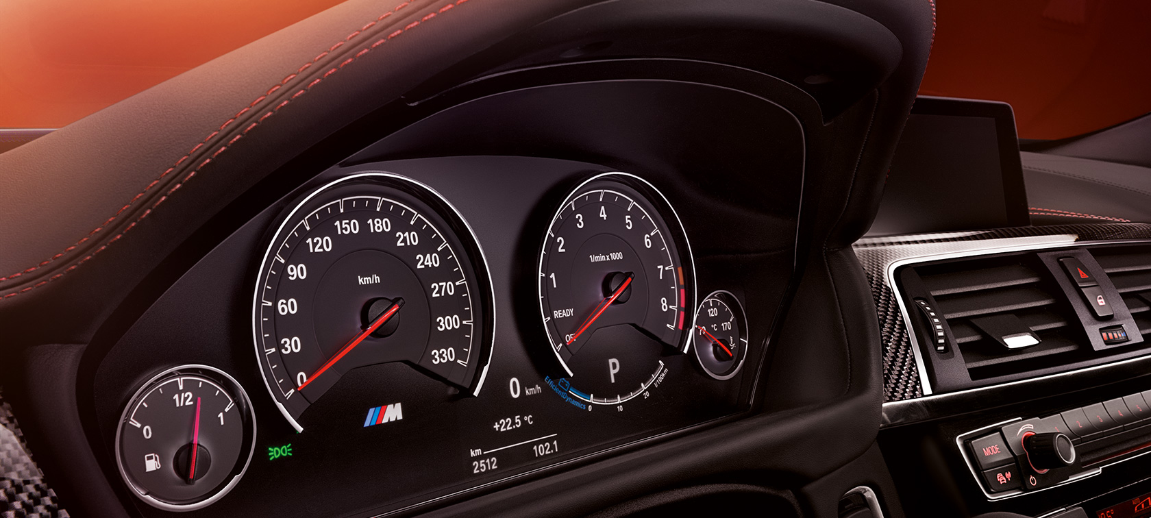BMW M-Series M4-Coupe dashboard in black with red topstitch