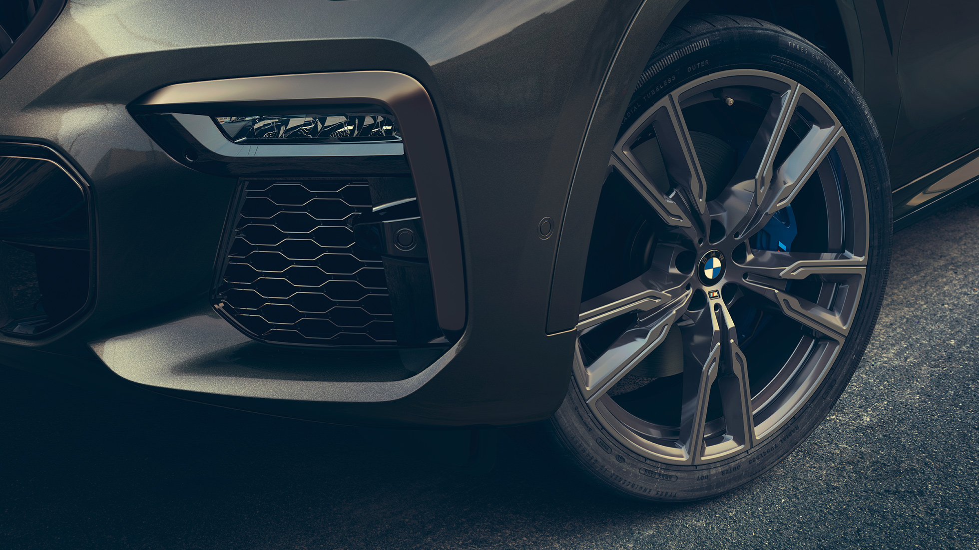 "Close-up view of the 22"" M light alloy wheels."