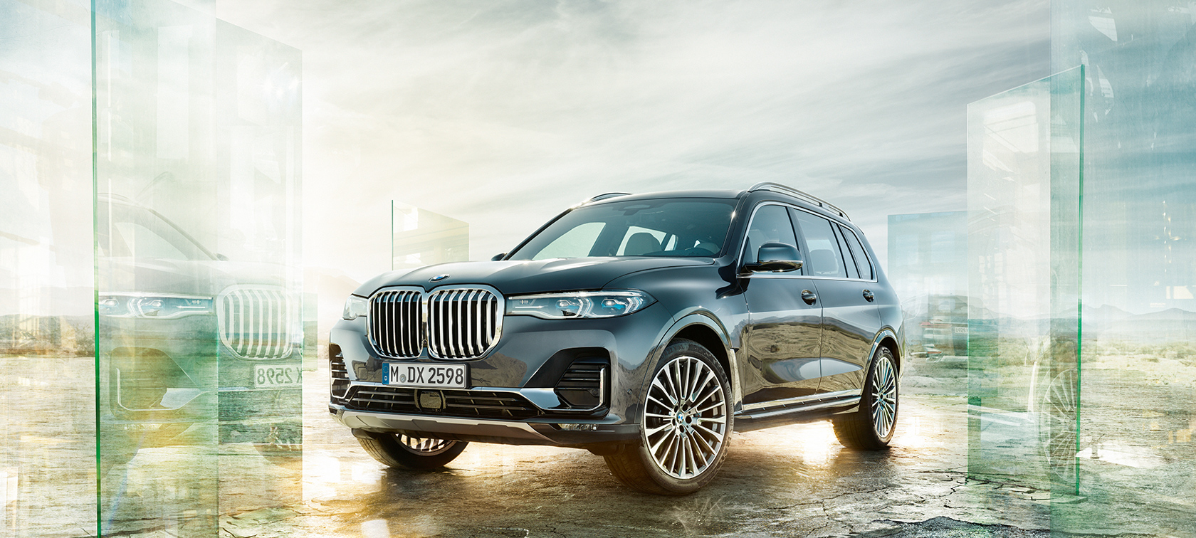 BMW X7 in the three-quarter front view in front of the desert background
