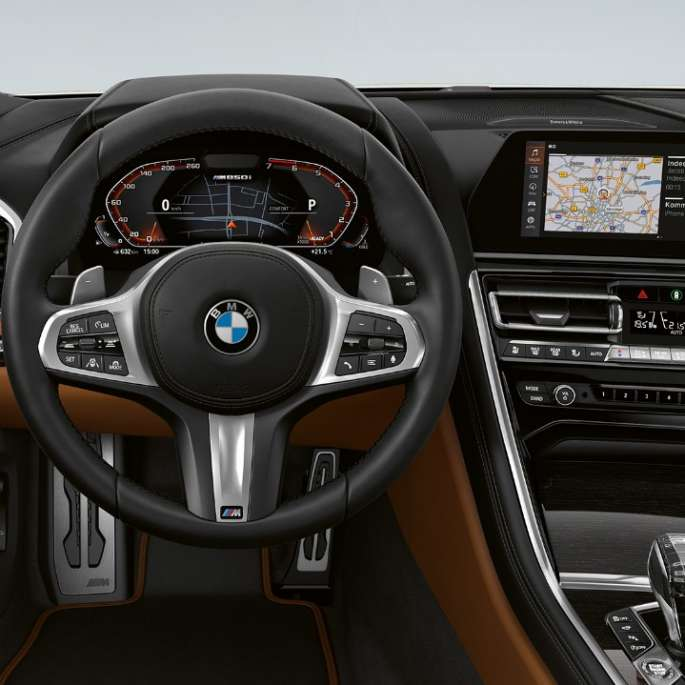 BMW M850i xDrive, Mineral White metallic, Cockpit with M leather steering wheel.