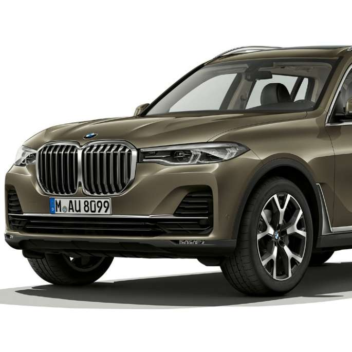 Studio shot of the BMW X7 three-quarter front view in Vermont bronze