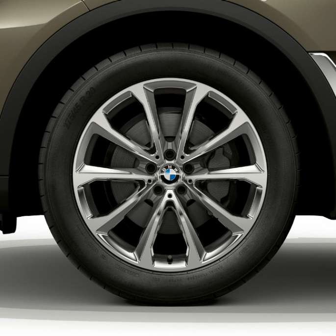 Close-up of the light alloy wheel of the BMW X7 with standard equipment features